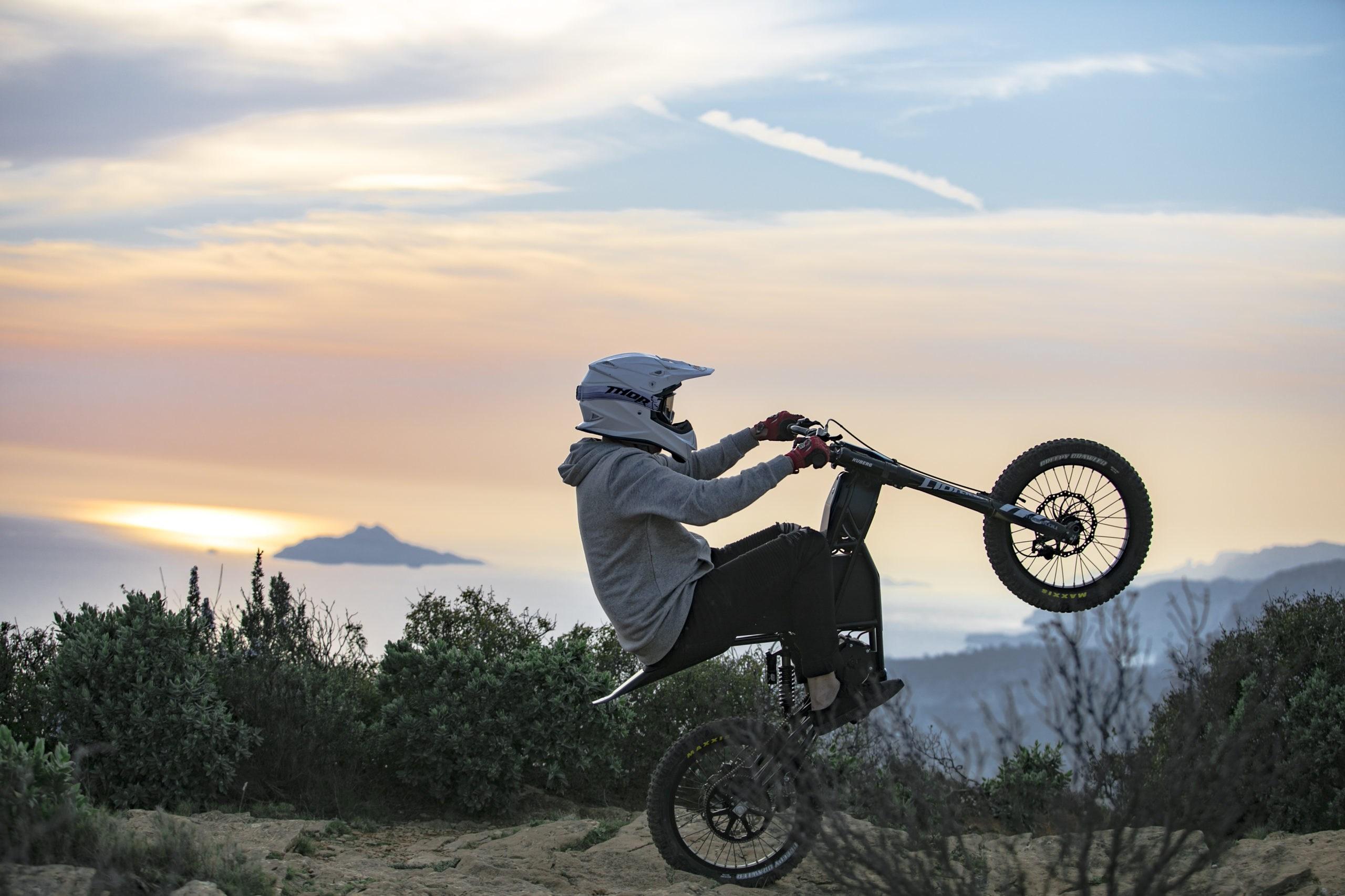 Ein Teil der Schönheit von Elektromotorrädern besteht darin, sich man sich wie ein Hooligan benehmen kann, ohne Umstehende zu verärgern.