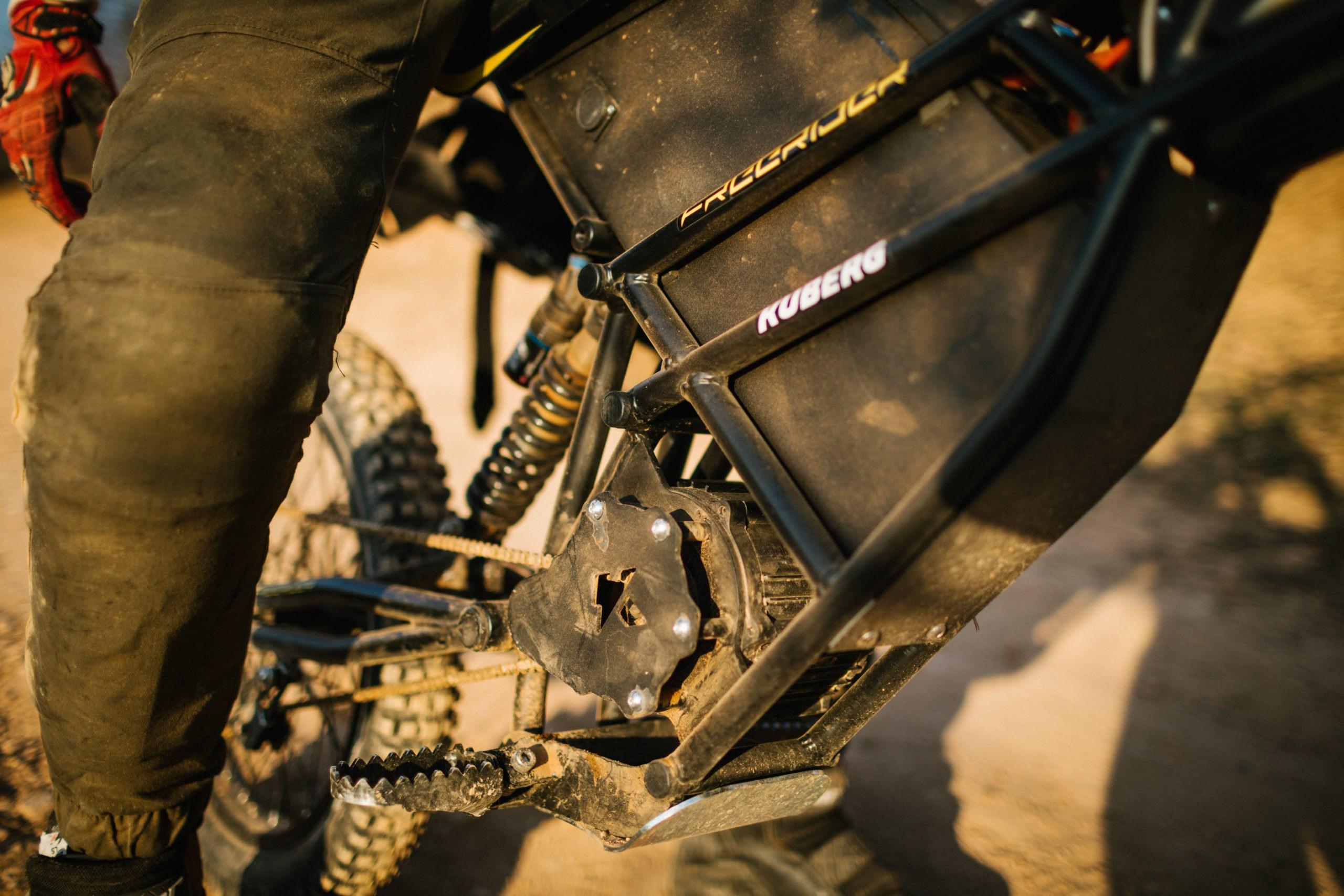 Die Batterie befindet sich unter dem Sitz und obwohl es keine handliche Waage gab, schätzen wir, dass sie ungefähr 9 kg wiegt. Direkt davor im Rahmen befindet sich das Gehäuse für die Motorsteuerung und darunter der Motor selbst.